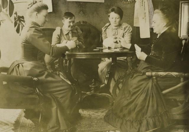 Minna Canth pelaa skruuvia naispuolisten ystäviensä kanssa.